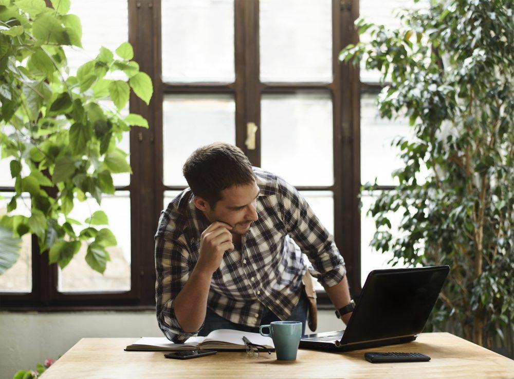 Rotina de home office retoma atenção com a postura e dores na coluna